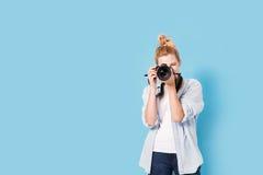 Junger blonder Fotograf macht ein Foto Lizenzfreie Stockfotos