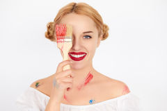 Junger blonder Frauenmaler, der einen Pinsel hält Lizenzfreie Stockfotos