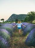 Junger blonder Frauenreisender, der auf dem Lavendelgebiet, Isparta, die Türkei geht Stockbild