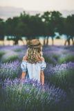 Junger blonder Frauenreisender, der auf dem Lavendelgebiet, Isparta, die Türkei steht Lizenzfreie Stockfotografie