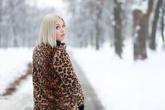 Junger blonder Frauenwinterpark Stockbilder