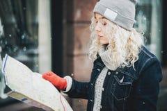Junger blonder gelockter Mädchentourist mit Karte Lizenzfreies Stockfoto