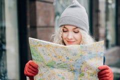 Junger blonder gelockter schöner weiblicher Tourist stockbild