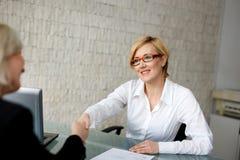 Junger blonder Geschäftsfrauhändedruck Lizenzfreie Stockfotos