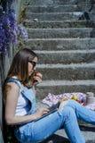 Junger blonder Hippie-Frauenfreiberufler in der Sonnenbrille, die an L arbeitet Lizenzfreies Stockbild