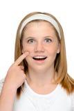 Junger blonder Jugendlicher, der Hautpflege zeigend schaut Lizenzfreies Stockfoto