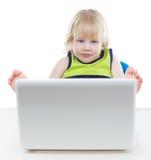 Junger blonder Junge, der Bildschirm betrachtet Lizenzfreie Stockfotografie