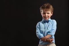 Junger blonder Junge in der Fliege Lizenzfreie Stockfotografie