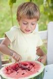 Junger blonder Junge hat Gewohnheiten der gesunden Ernährung Stockfoto