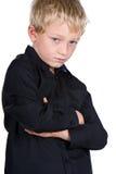 Junger blonder Junge mit den gekreuzten Armen Lizenzfreies Stockbild