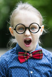 Junger blonder Junge mit großen Gläsern ist schreiend Stockfotos