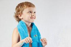 Junger blonder Junge mit Zahnbürste mit Zahnpasta Lizenzfreies Stockbild