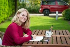 Junger blonder Künstler, der draußen zeichnet Lizenzfreies Stockfoto