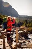 Junger blonder kaukasischer Wanderer, der in hohem Tatras sich erneuert Stockfotografie