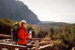 Junger blonder kaukasischer Wanderer hoch in den Bergen, Slowakei Lizenzfreie Stockbilder