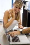 Junger blonder Klient in einer Beratung stockbilder