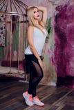 Junger blonder Mädchenfrauen-Eignungstrainer Stockbilder