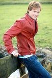 Junger blonder Mann, der sich draußen entspannt Lizenzfreies Stockfoto