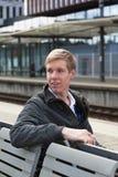 Junger blonder Mann im Bahnhof Stockbilder