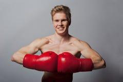 Junger blonder Mann mit Boxhandschuhen Lizenzfreies Stockfoto