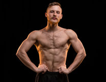 Junger blonder Mann mit dem muskulösen Torso Stockfotos