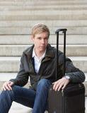 Junger blonder Mann mit Koffer Lizenzfreie Stockbilder