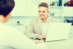 Junger blonder Mann und Geschäftsfrau stehen in Verbindung Lizenzfreie Stockfotografie