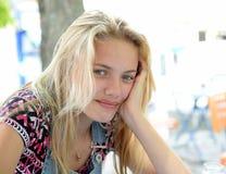 Junger blonder weiblicher Jugendlicher Lizenzfreies Stockbild