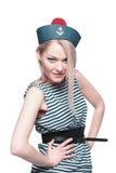 Junger blonder weiblicher Seemann, der in ihrer Uniform aufwirft Stockfoto