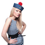 Junger blonder weiblicher Seemann, der in ihrer Uniform aufwirft Lizenzfreie Stockfotos