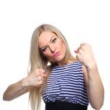 Junger blonder weiblicher Seemann, der in ihrer Uniform aufwirft Stockbilder