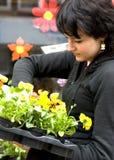 Junger Blumenhändler mit Frühlingsblumen Lizenzfreies Stockfoto