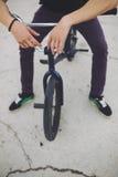 Junger BMX Fahrradmitfahrer Stockfotos