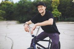 Junger BMX Fahrradmitfahrer Stockbilder
