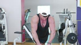 Junger Bodybuilder stock video