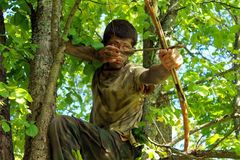 Junger Bogenschütze im Wald Lizenzfreie Stockbilder