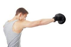 Junger Boxer, der Durchschlag macht Stockfoto