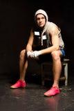 Junger Boxer, der eine Pause vom Training macht Lizenzfreie Stockfotos