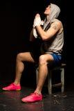 Junger Boxer, der für einen Gewinn betet Stockfotografie