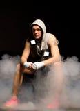 Junger Boxer, der seine Strategie plant Stockbild