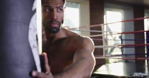 Junger Boxer müde nach Krafttrainingübung an der Turnhalle stock video footage
