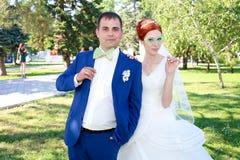 Junger Braut- und Bräutigamweg in der Natur Stockfotografie