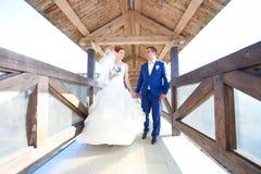 Junger Braut- und Bräutigamweg in der Natur Stockfotos