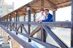 Junger Braut- und Bräutigamweg in der Natur Lizenzfreie Stockbilder