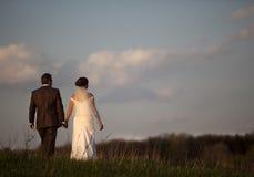 Junger Brautbräutigam gegen Wolken des blauen Himmels Stockbild