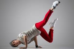 Junger Breakdancer, der Handstand tut lizenzfreie stockfotografie