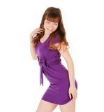 junger Brunette in den Magenta kleiden die Aufstellung über Weiß Lizenzfreies Stockfoto