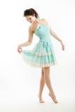 Junger Brunette in der Weinleseartkleidung tanzt Stockfoto
