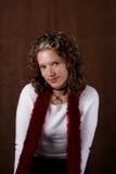 Junger Brunette in einer weißen Strickjacke Lizenzfreie Stockfotos