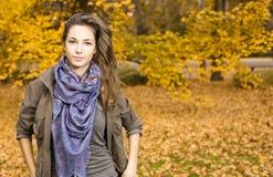 Junger Brunette im Park am Fall. Lizenzfreie Stockfotos